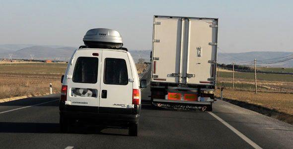 La DGT pide viajar con el coche en buen estado y la ITV en vigor