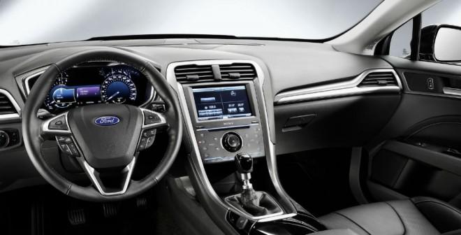 El nuevo Ford Mondeo mantiene una mezcla entre sobriedad y modernidad en su interior típica de la marca.