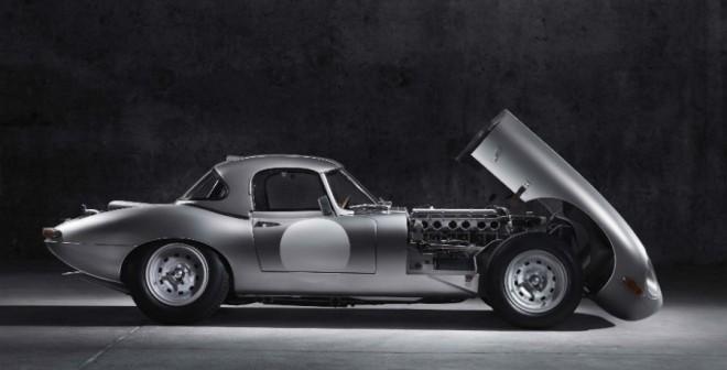 Abrir el capó del Jaguar E-Type Lightweight es ya de por sí una experiencia.