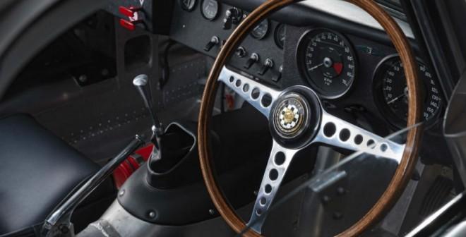 El interior del Jaguar E-Type Lightweight también respeta la tradición del modelo original.