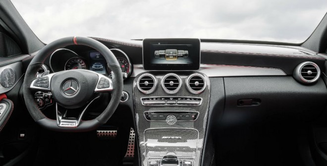 El interior del Mercedes C63 AMG es casi más espectacular que el exterior.