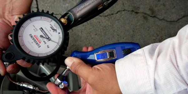 Cómo comprobar la presión de los neumáticos