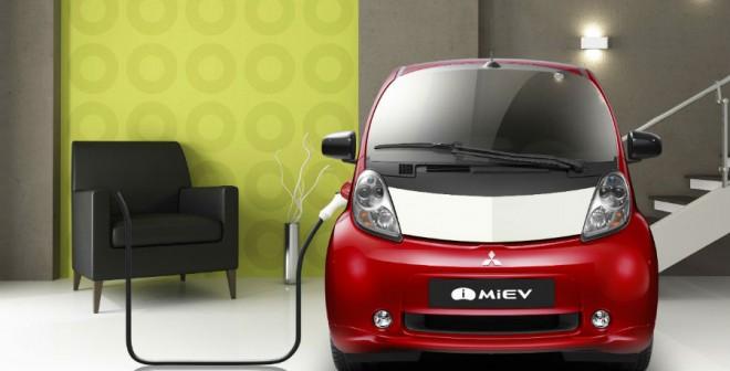 Recargar el coche en casa es posible con el i-MiEV... siempre y cuando vivas en un chalet espacioso, claro.