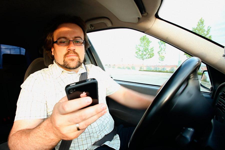 Cada año, miles de conductores son sancionados por manejar el teléfono mientras conducen.
