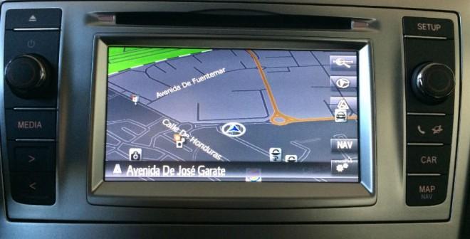 La versión del Avensis que hemos probado cuenta con un siempre útil navegador.
