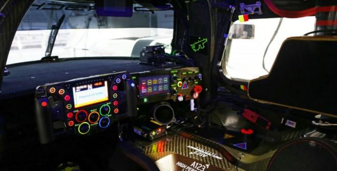 El cockpit del Porsche 911 Hybrid parece más bien el de un avión.