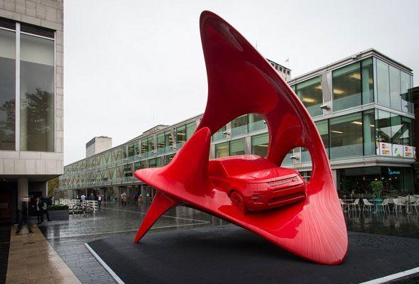 El nuevo Land Rover Discovery Sport, en el centro de dos esculturas