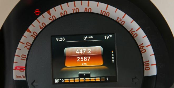 El cuadro de mandos carece de cuentarrevoluciones, el cual se ubica encima del volante a la izquierda del conductor.