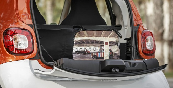 La capacidad del maletero del Smart ForTwo es la justa para el uso urbano diario.