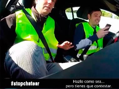 Vídeo con cámara oculta: conducir y chatear