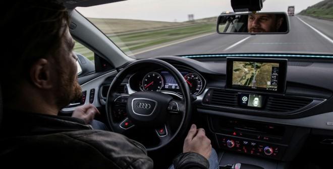 A pesar del avance de la tecnología, tengo que reconocer que personalmente me daría miedo soltarme de pies y manos mientras mi coche anda...