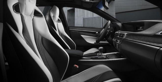 El interior del Lexus GS F es similar al de un coche de competición.