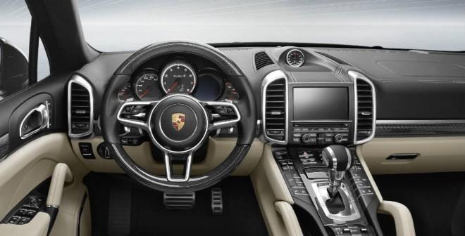 El Porsche Cayenne Turbo S estrena algunos elementos estéticos en su interior.