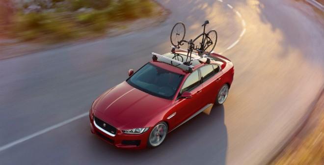 Transportar bicicletas en todo un Jaguar XE ya es posible.