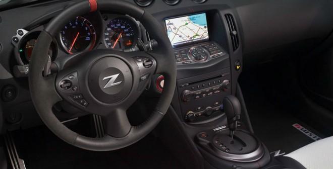 El interior del Nissan 370Z Nismo Roadster cuenta con un completo sistema de infoentretenimiento.