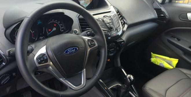 El interior del Ford EcoSport se ha quedado anticuado a nivel de diseño.
