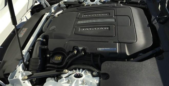 Una pena que todas las tapas no nos dejen admirar la obra de arte que es el V8 que equipa el Jaguar F-Type Coupé 'R'.