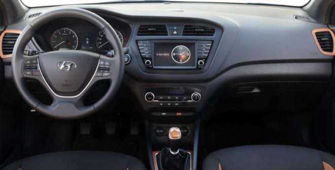 El interior del Hyundai i20 Coupé es muy similar al de la versión de cinco puertas.