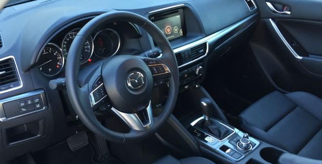 El interior del Mazda CX-5 está muy bien resuelto, combinando un diseño sobrio y funcional con materiales de calidad.