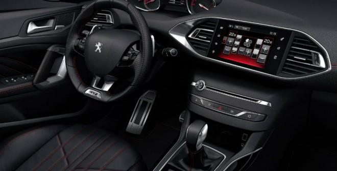 El interior del nuevo Peugeot 308 GT cuenta con elementos muy deportivos.