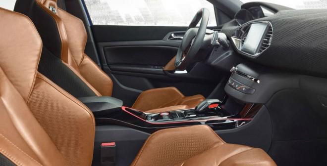 El color elegido para los asientos deportivos del Peugeot 308 R HYbrid no es el habitual para este tipo de vehículos.