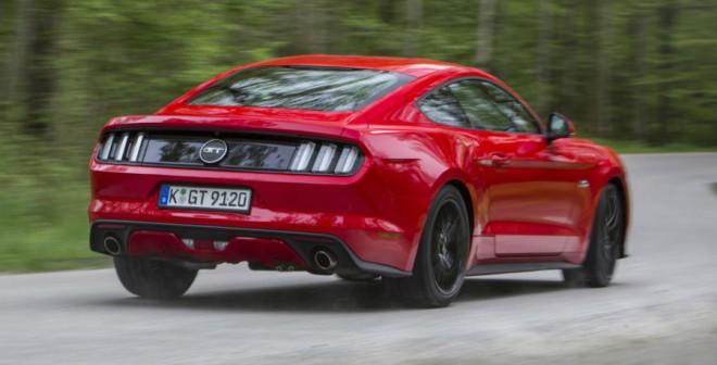 No llega al nivel de efectividad de otros súper deportivos, pero el Mustang se mueve con soltura por las curvas a pesar de su carácter americano.