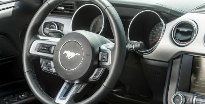 El interior del Ford Mustang combina luces y sombras, aunque el resultado final es bastante bueno.