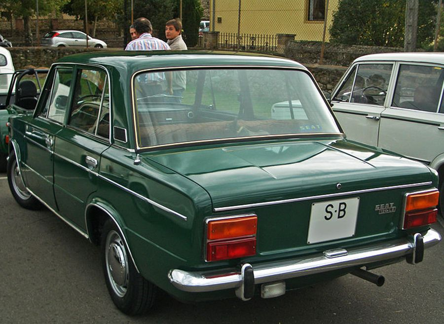 1973-Seat-124-LS-(6803029249)-de-Spanish-Coches---1973-Seat-124-LS.-Disponible-bajo-la-licencia-CC-BY-2.0-vía-Wikimedia-Commons---httpcommons.wikimedia.orgwikiFile1973_Seat_124_LS_(6803029249)