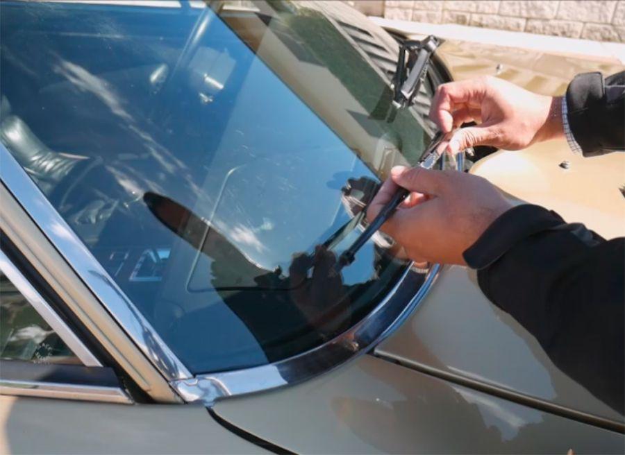 Vídeo práctico cómo cambiar las escobillas limpiaparabrisas del coche