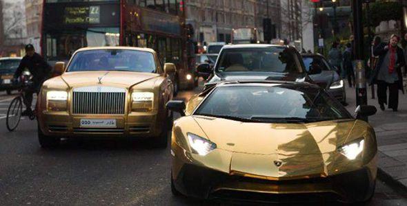 Una impresionante colección de coches dorados recorre Londres