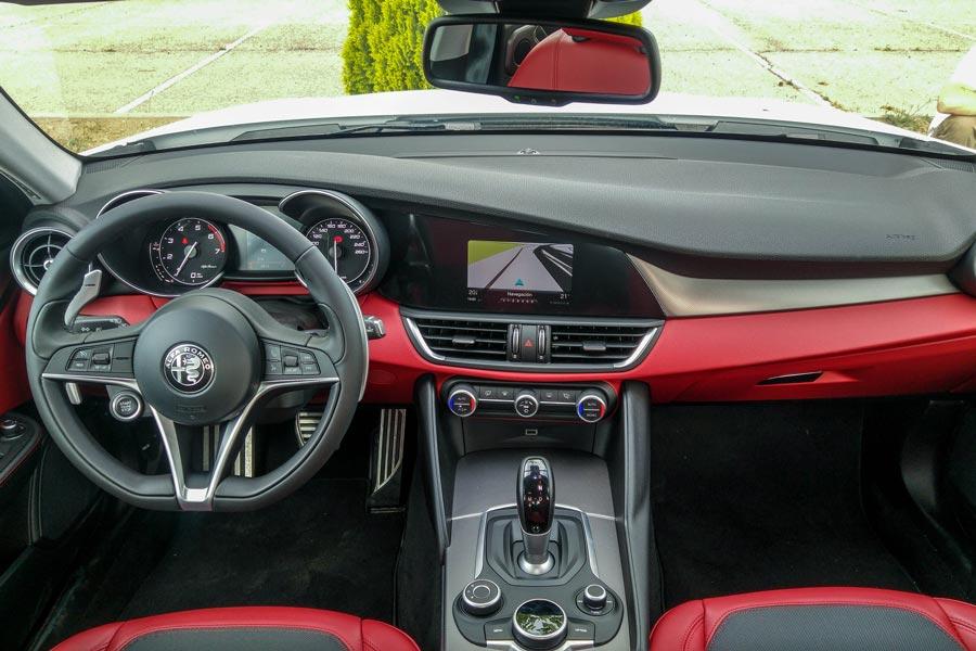 El interior del Alfa Romeo Giulia en rojo resulta muy atractivo.