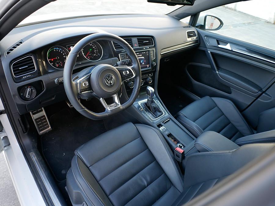 El interior del VW Golf GTE tiene algunos detalles de personalización, como los pespuntes en azul de la tapicería.