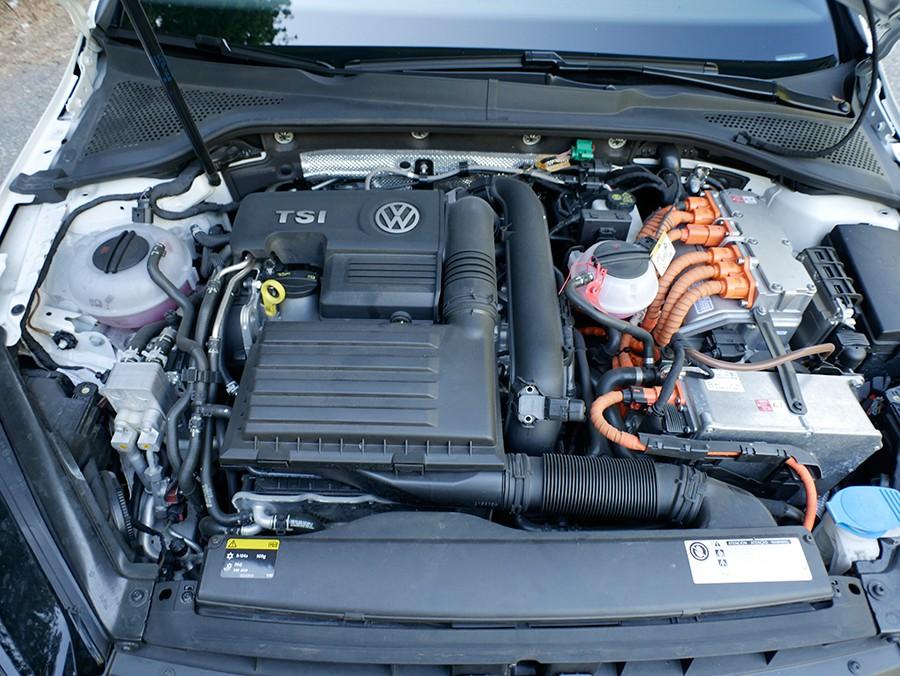 El conjunto del motor de gasolina e híbrido suman una potencia total de 204 CV.