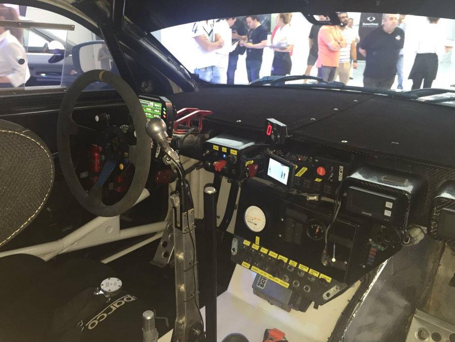 Si interior cuenta con numerosos detalles propios de los vehículos de competición.