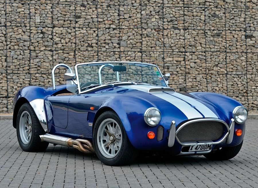 El AC Cobra fue el roadster llevado al extremo: máxima ligereza y máximo motor.