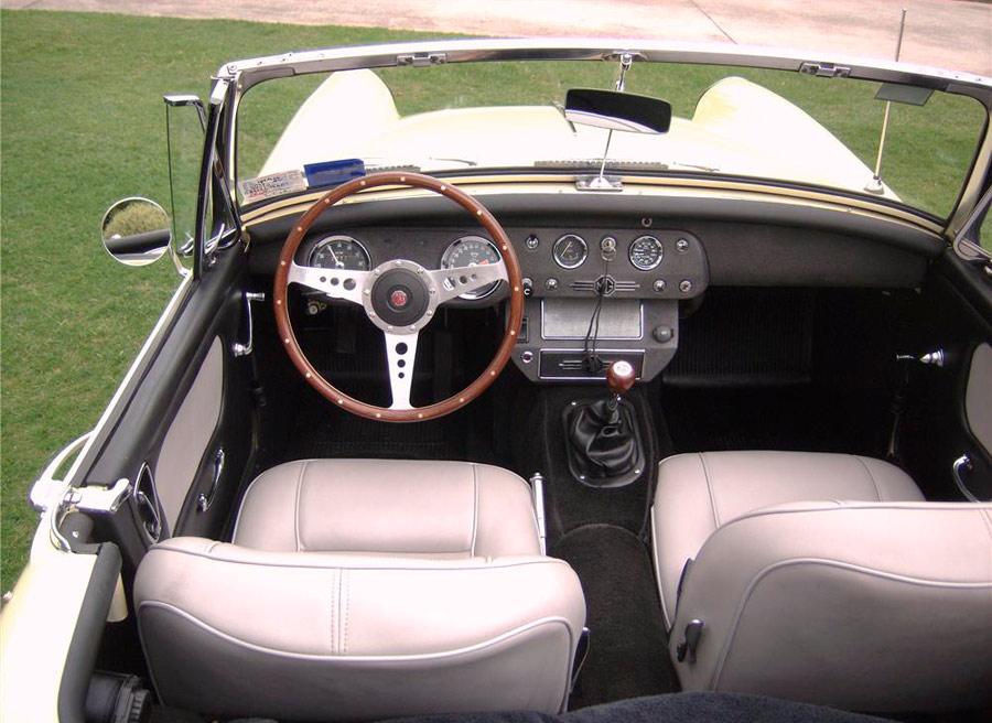 En el interior de este MG vemos un elemento de un roadster clásico: el volante de madera (para usarse con guantes de cuero, claro).