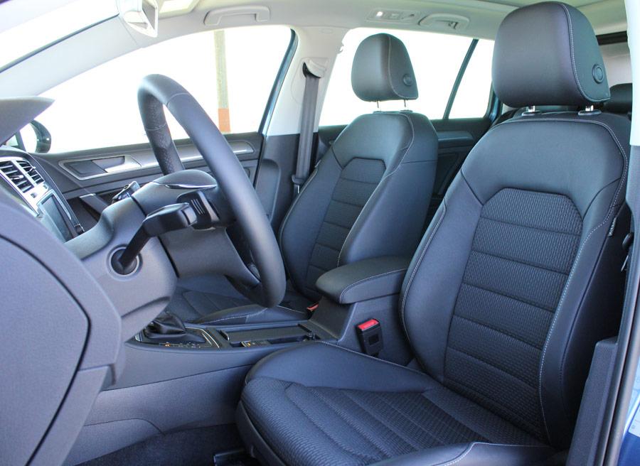 Las plazas delanteras del VW Golf Alltrack son más que suficientes para dos adultos de talla y corpulencia elevadas.