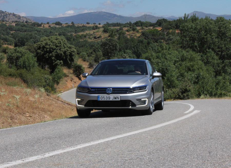 El VW Passat GTE no se amilana ante una carretera de curvas.