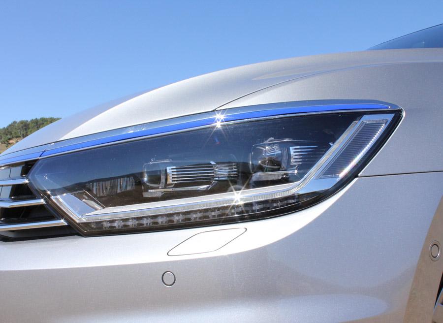 """Los faros delanteros del VW Passat GTE pueden contar con tecnología """"High Led""""."""