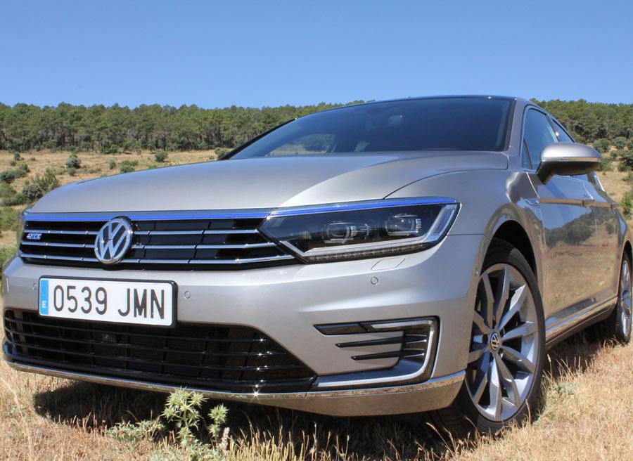 La calandra de diseño específico ayuda a distinguir la versión GTE del VW Passat.