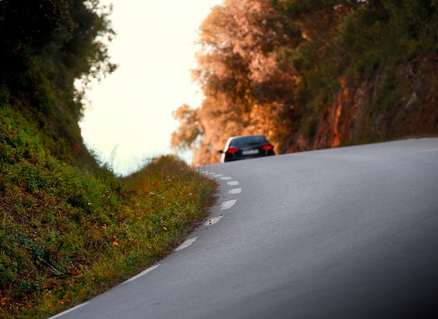 En un cambio de rasante debemos ceñirnos a la derecha y reducir la velocidad.