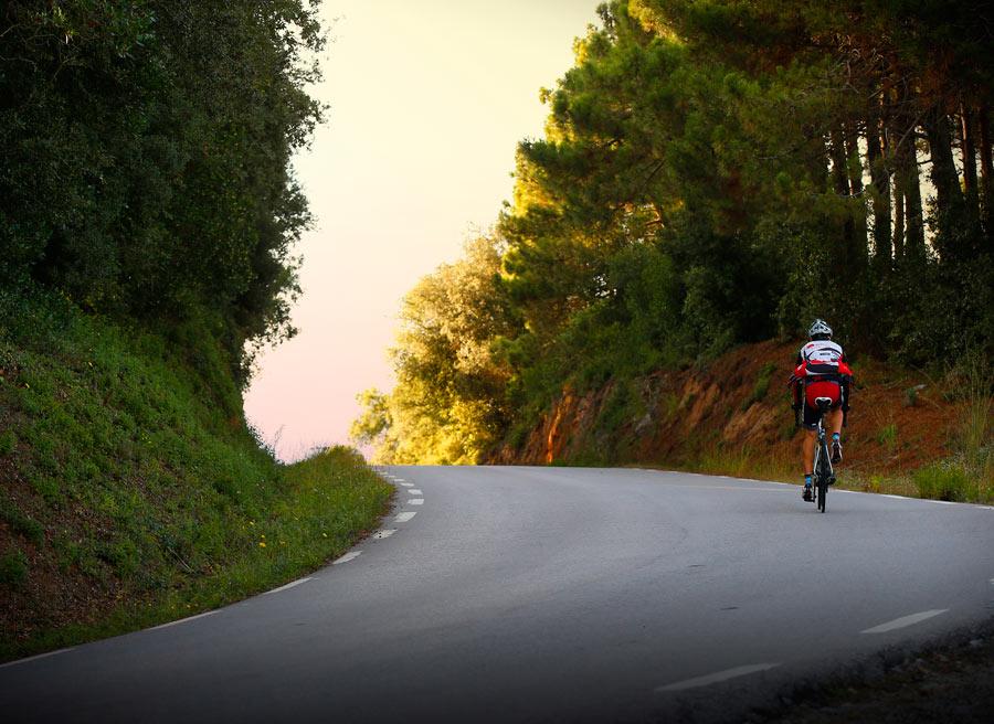 Los ciclistas poblan las carreteras convencionales. Podemos adelantarles aunque haya línea continua.
