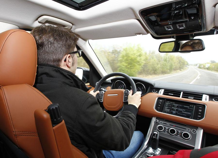El uso de los sistemas tecnológicos durante la conducción se considera un riesgo para la conducción.