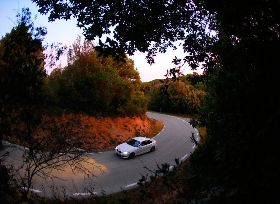 En las curvas de visibilidad reducida, propias de carreteras secundarias, podemos usar el claxon para advertir de nuestra presencia. Si nos responden, podemos saber que alguien se aproxima.