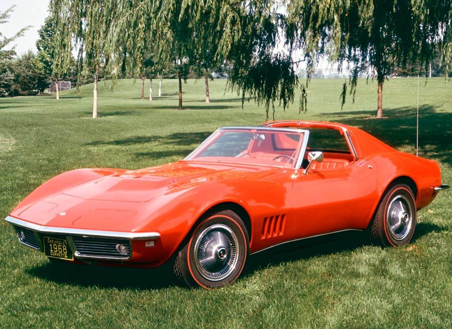 La carrocería targa llegó a la tercera generación del Chevrolet Corvette, en 1968. Levemente podemos apreciar el larguero del techo que separa las secciones de éste.