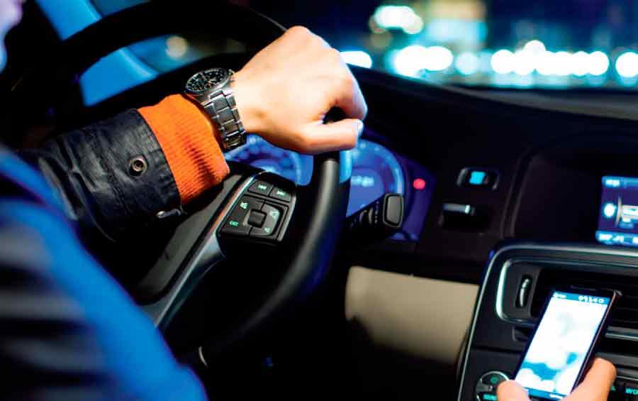 Las nuevas tecnologías son la causa más frecuente en las distracciones al volante.