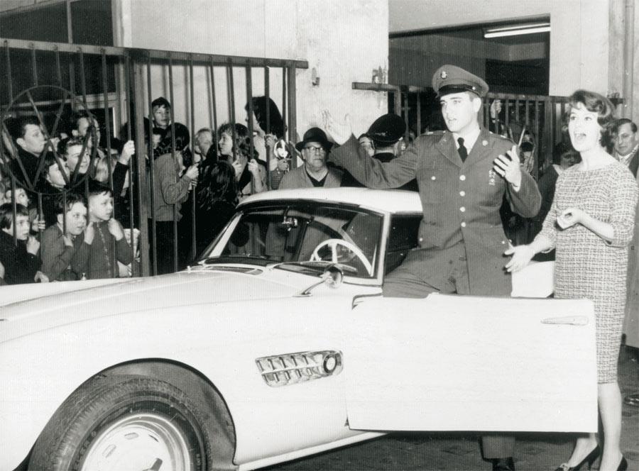 BMW aprovechó el interes del Rey Rock en su modelo e inmortalizó el momento de la entrega.