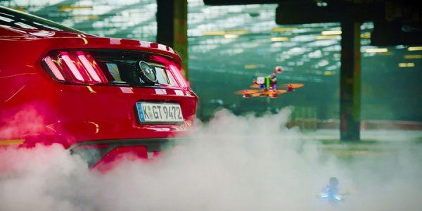Carreras de drones entre un Mustang, un Focus RS y un robot