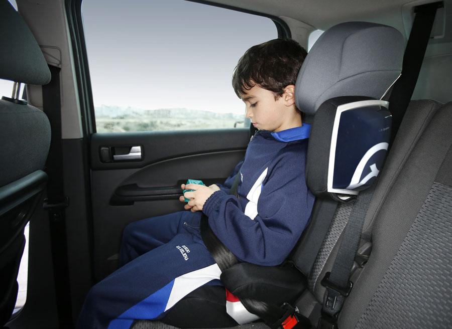 Niño jugando en el coche.