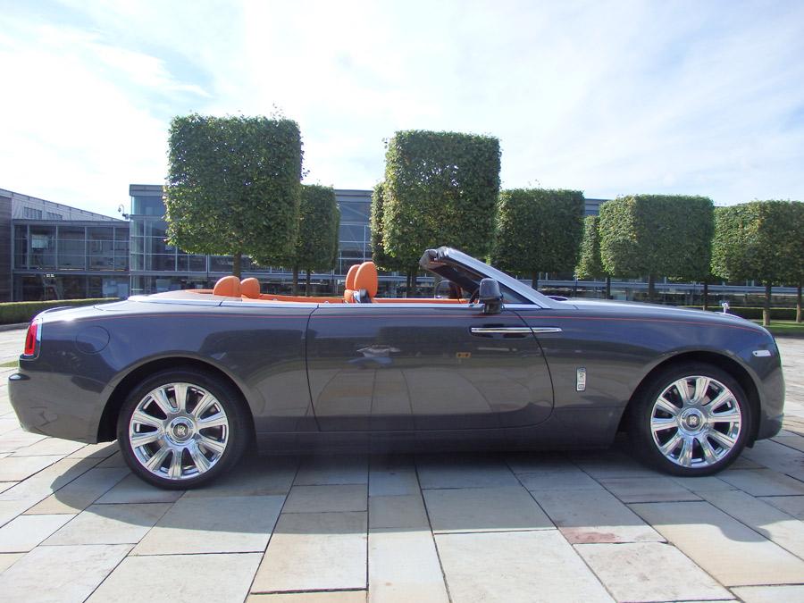 El Rolls - Royce Dawn tiene una longitud de 5,3 metros.